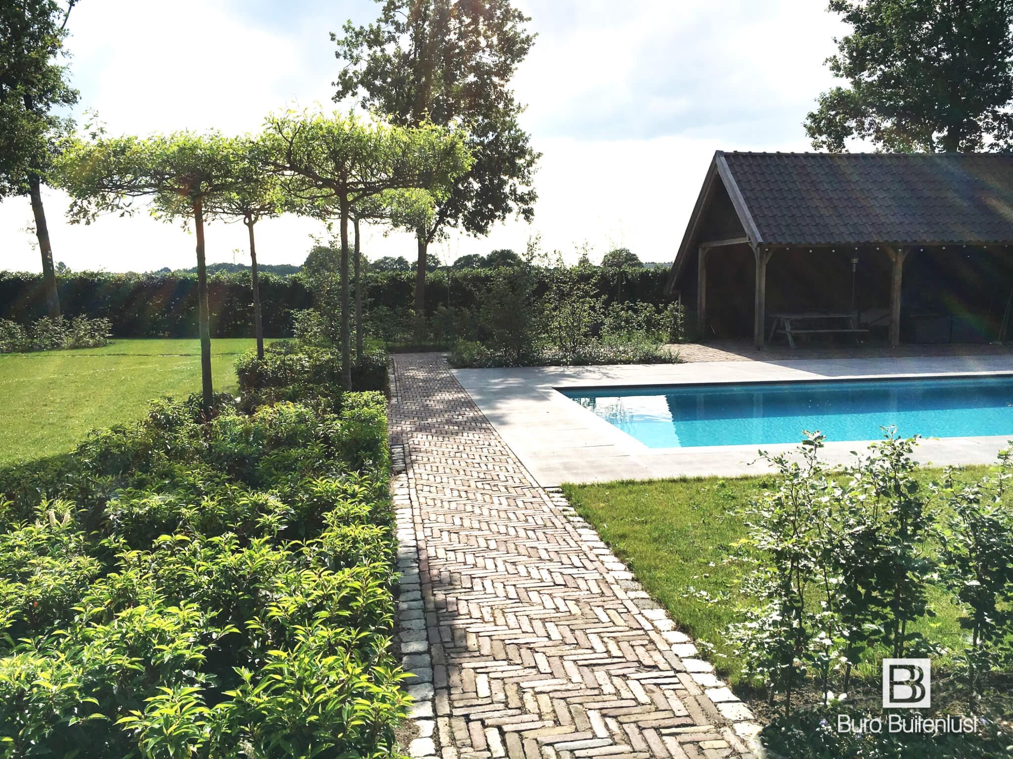 Modern klassieke stadstuin in eindhoven met loungehoek for Tuin met zwembad
