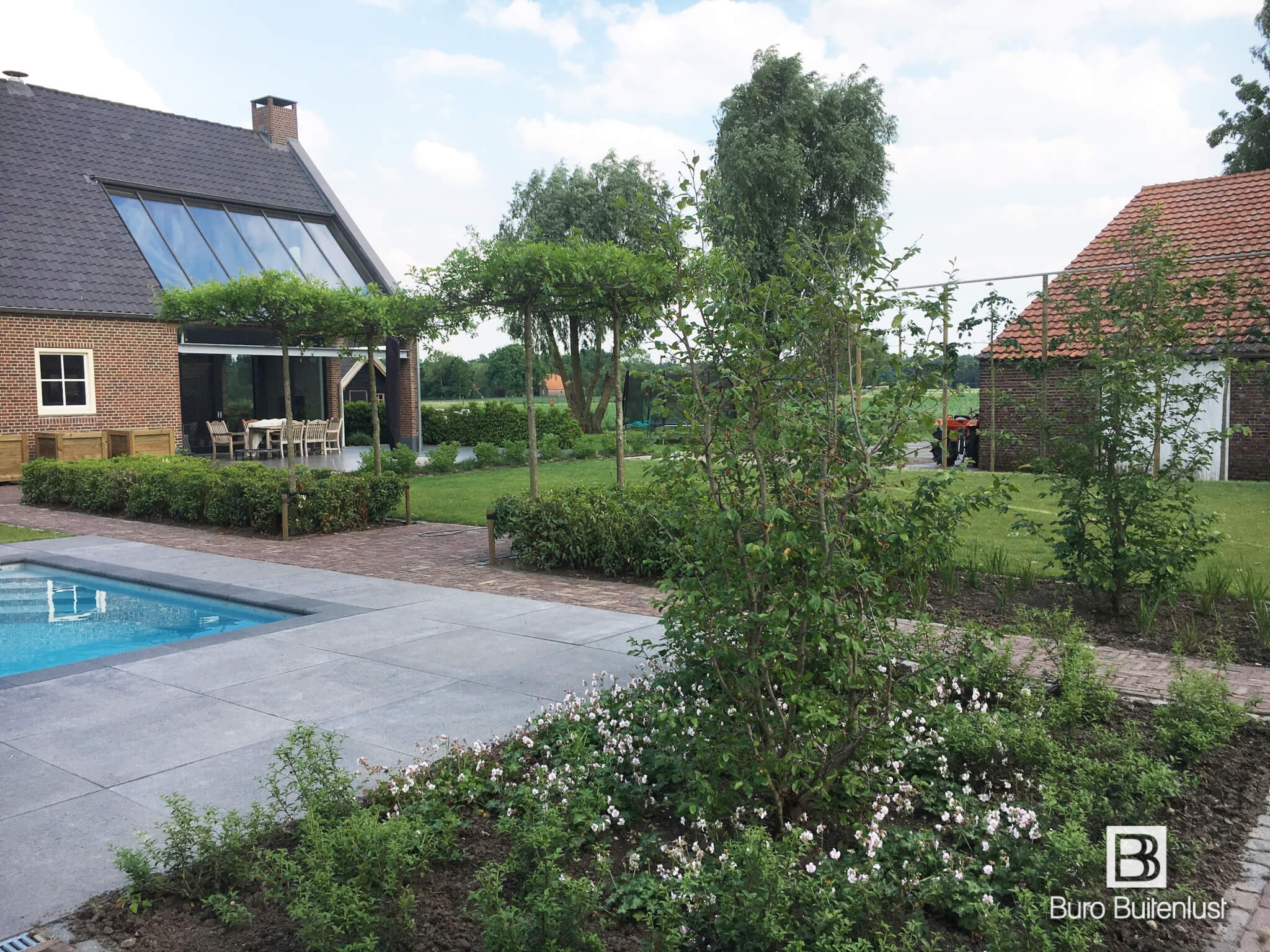 Modern klassieke stadstuin in eindhoven met loungehoek - Zwembad omgeving ...