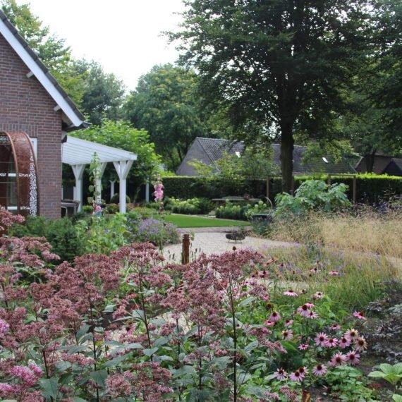Tuinarchitect - Buro Buitenlust ontwerpt sfeervolle tuinen met een natuurlijke uitstraling. Unieke en persoonlijke tuinen die elk jaar mooier worden.