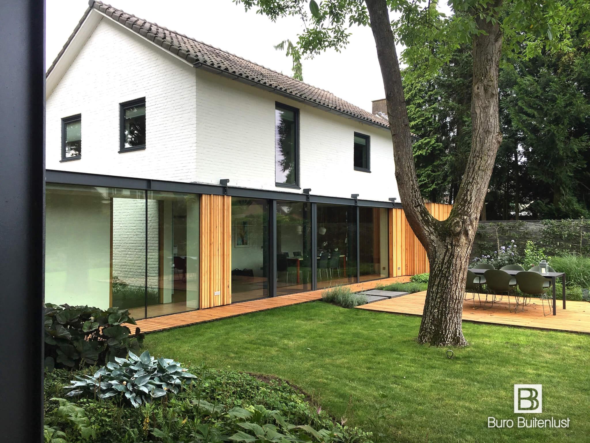 Eikenhouten vlonders rond huis met moderne architectuur buro