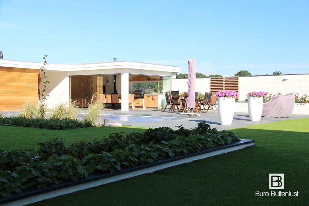 moderne villatuin met zwembad en poolhouse in venlo