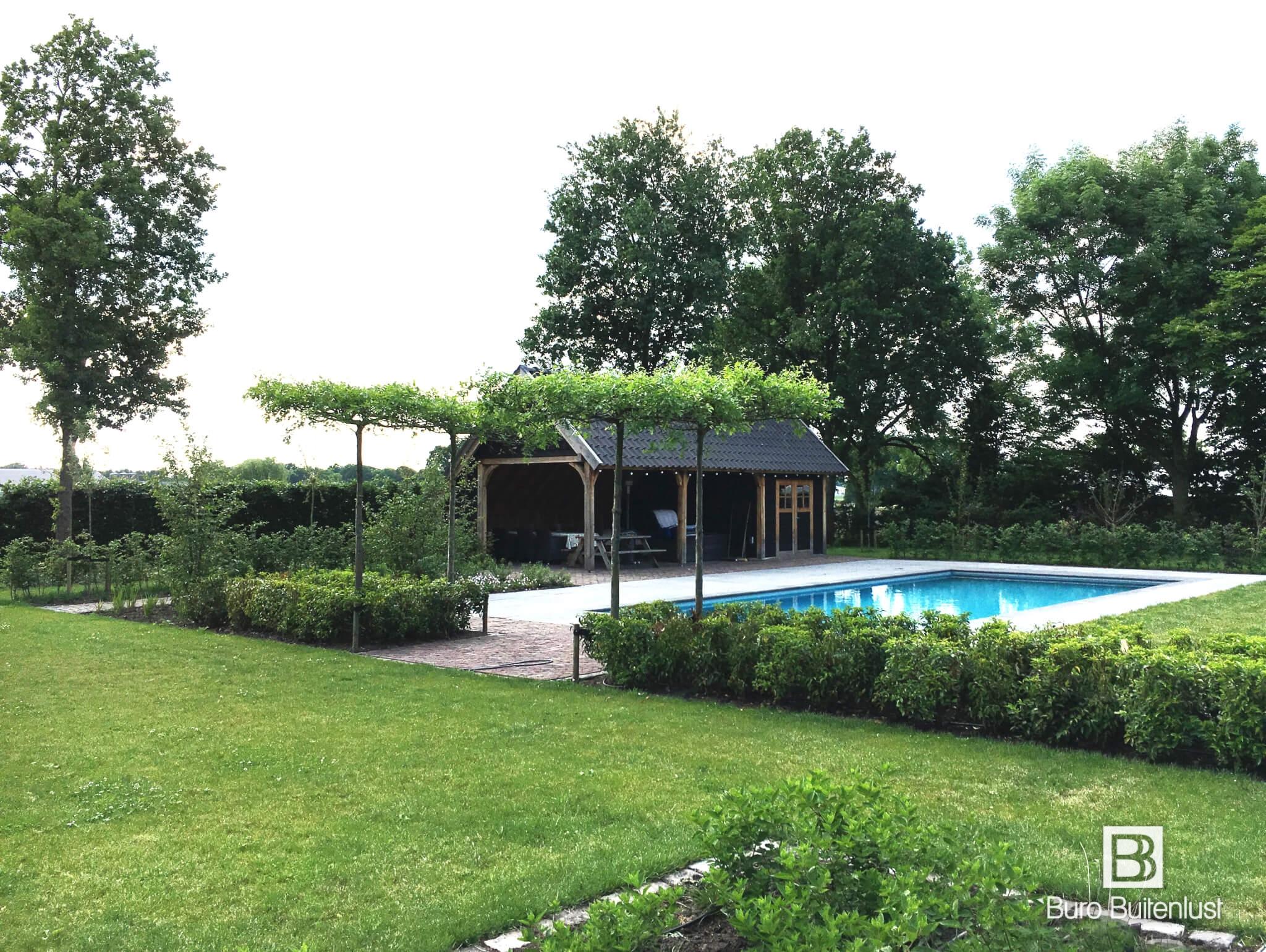 Luxe tuinen met zwembad en poolhouse