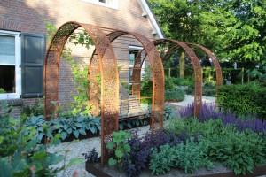 Landelijke tuin met cortenstalen pergola