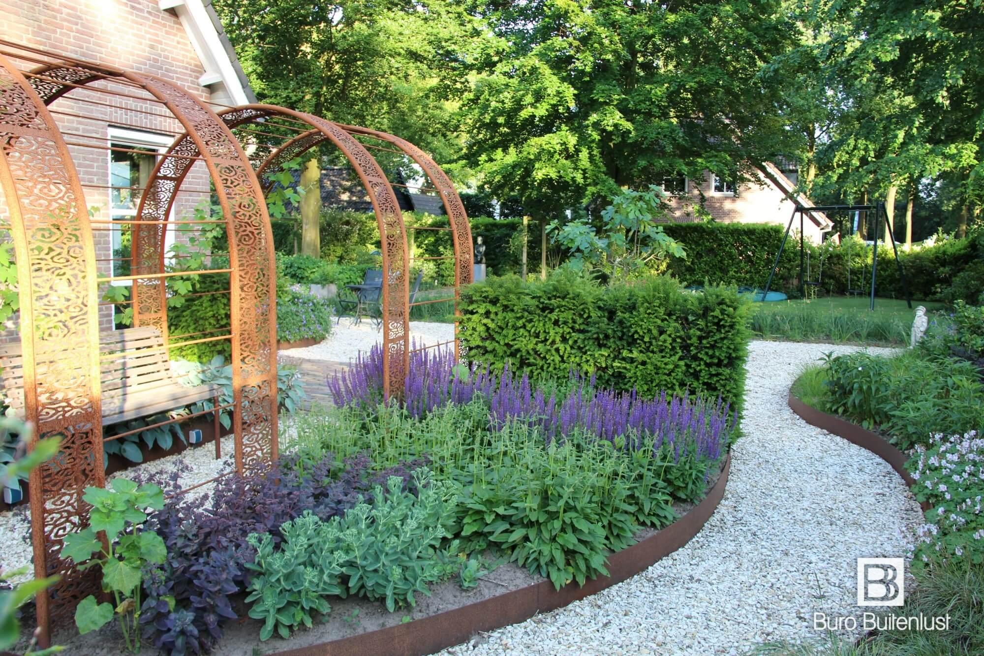 Modern-klassiek landelijke tuin met cortenstaal