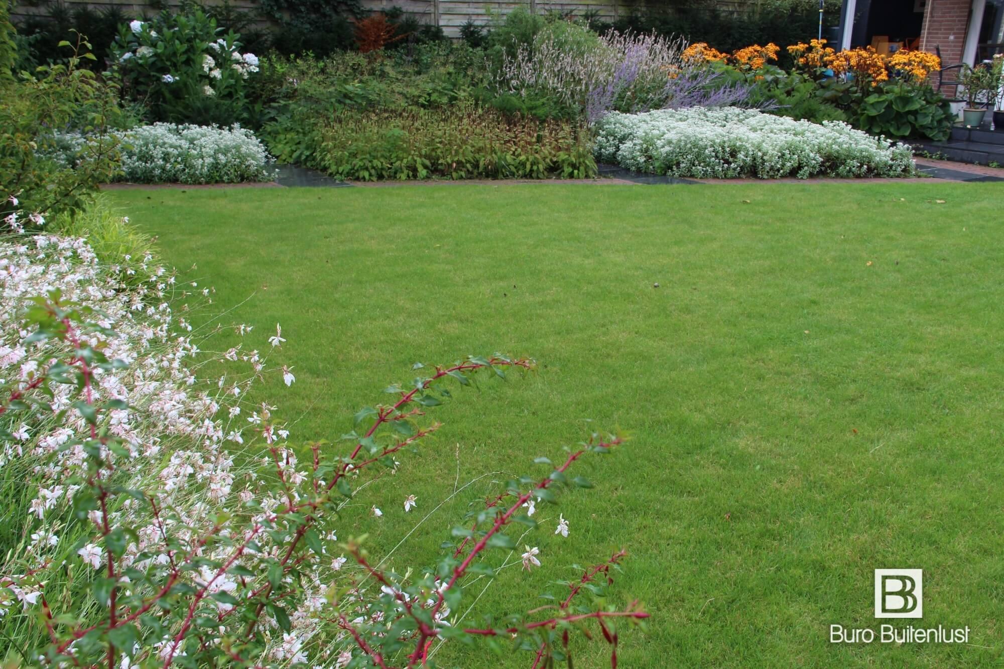 Buro Buitenlust ontwerpt sfeervolle tuinen met een natuurlijke uitstraling. Unieke en persoonlijke tuinen die elk jaar mooier worden.