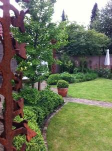Cortenstaal kunstwerk in villatuin Eindhoven