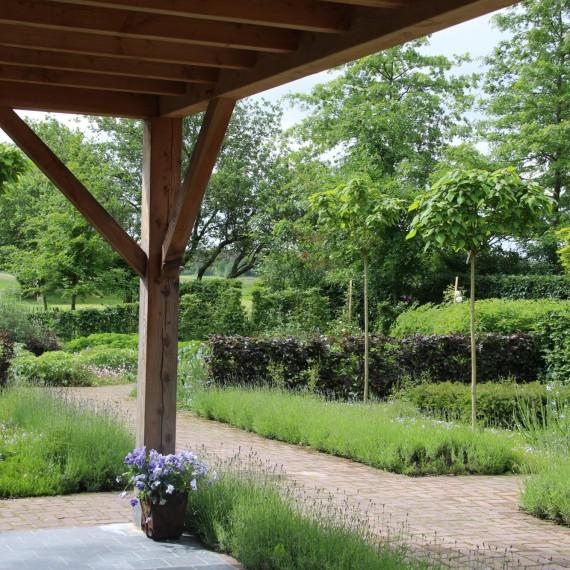 Landelijke tuin met veranda