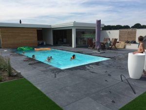 Wellnes tuinontwerp met zwembad en poolhouse