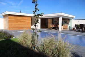 Zwembad met modern poolhouse