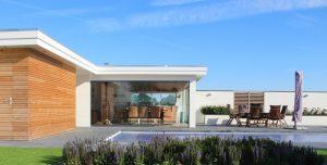 Luxe tuin met zwembad en poolhouse