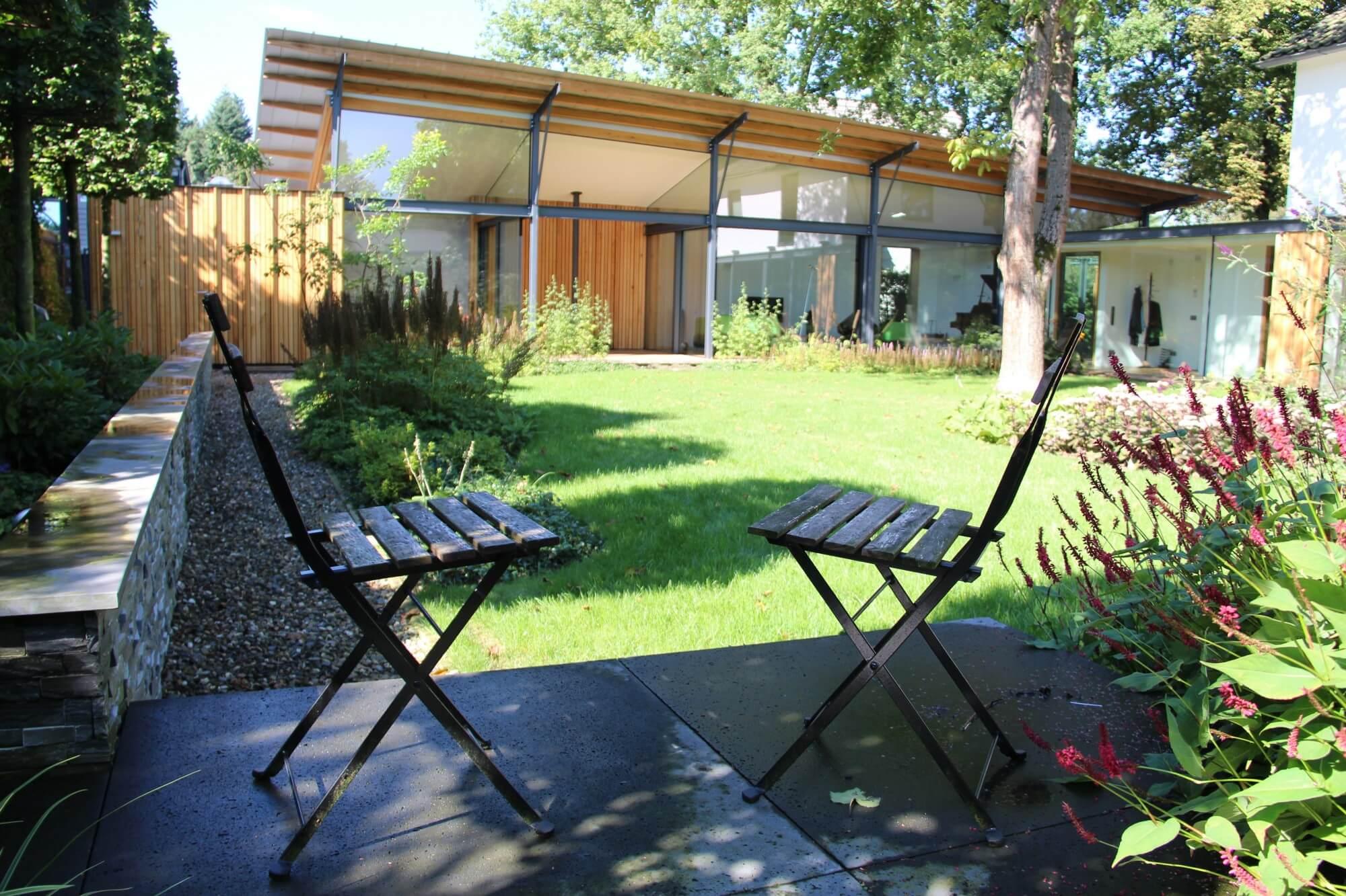Met een extra terras kunt een heel nieuw beeld krijgen van uw eigen tuin. Zeker wanneer u het terras verhoogd aanlegt. Denk ook eens aan een zwevend terras.