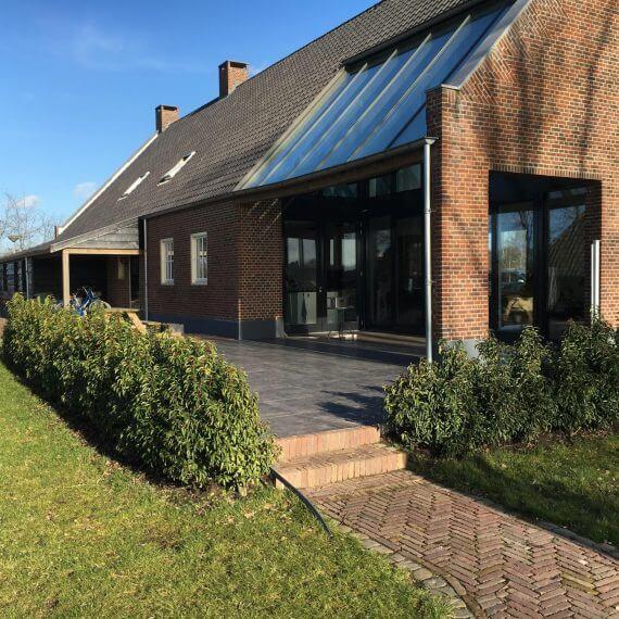 Landelijke tuin met zwembad en poolhouse bij deze woonboerderij in Tilburg