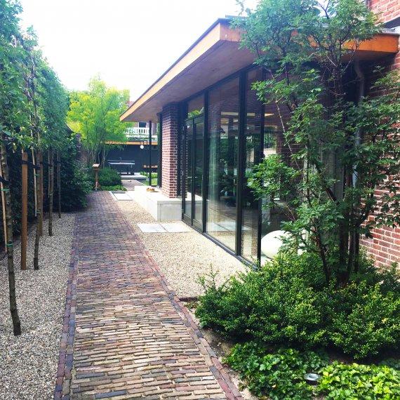 Tuinontwerp moderne uitbouw bij klassieke villa