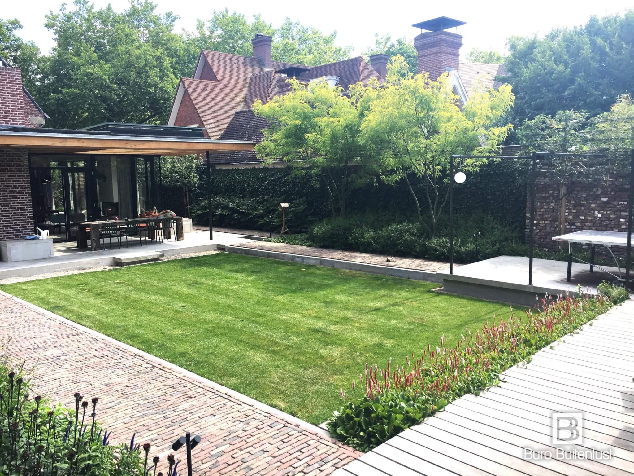Modern tuinontwerp bij klassieke villa